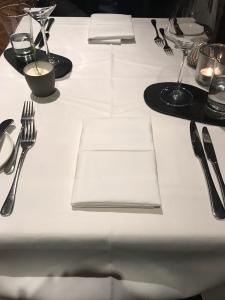 Der gedeckte Tisch.